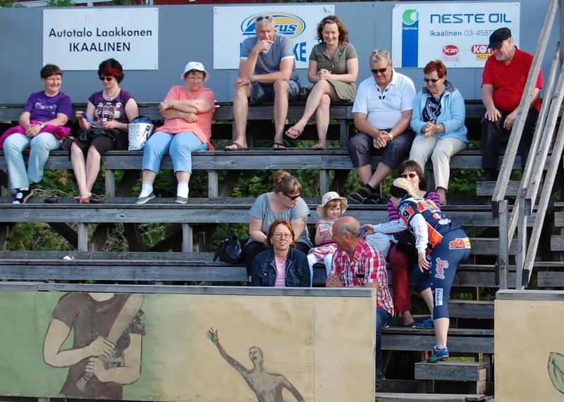 Ottelun alussa KaMan naiset muistivat yleisöä