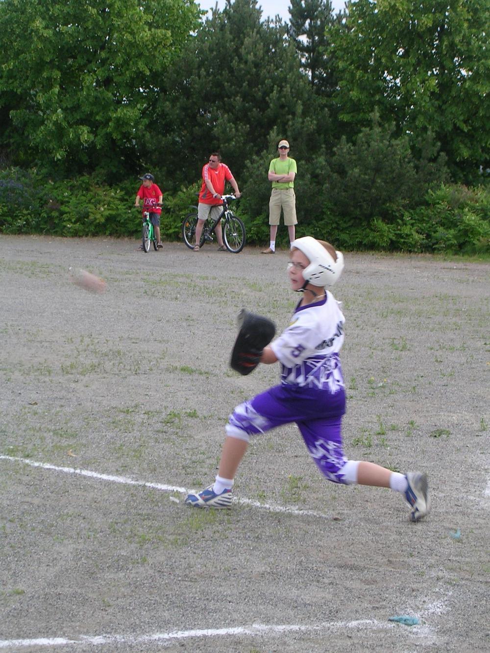 Niklas Marjamäki kiinniottamassa palloa lukkarina. Niklas on 11v ja pelaa myös polttolinjalla.