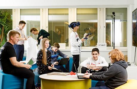 4H Business Labissä järjestetään erilaisia kursseja ja koulutuksia. Voit myös käyttää sitä itsenäiseen työskentelyyn.