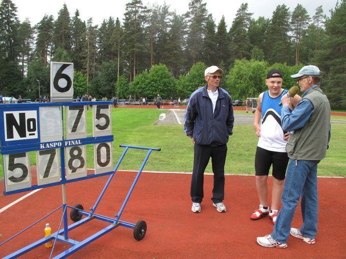 Veikko valmentajansa Jukka Vilkkilän kanssa Matti Harjun haastateltavina.