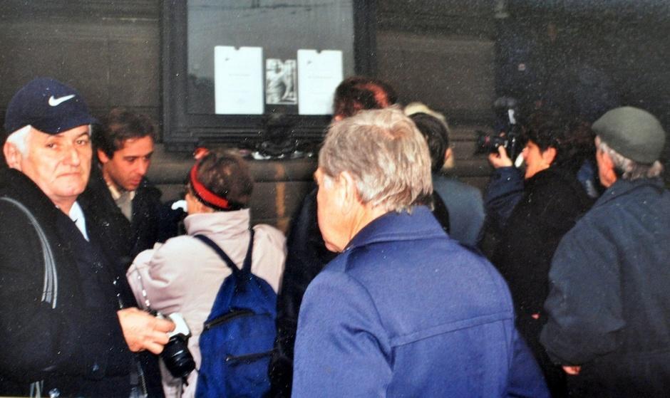 Väkijoukkoa Prahan Kansallisteatterin edustalla 6.12.2000.