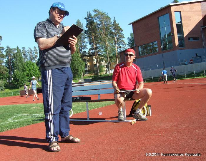 Kierrosten laskijat toimessaan. Kari Vesterinen ja Ari Silen.