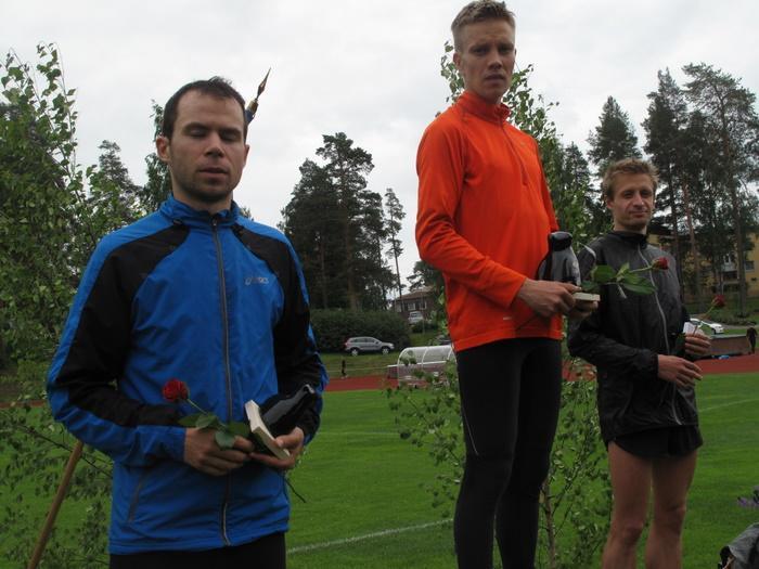 Miesten 3000 m.  1. Matti Räsänen JoensKa 2. Henri Manninen JyväskKU 3. Jarkko Hamberg  SjundeåIF
