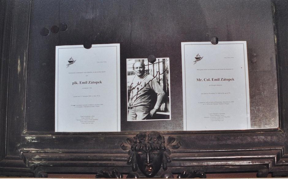 Muistotilaisuus Prahassa. Kansallisteatterin seinällä oleva ilmoitus.
