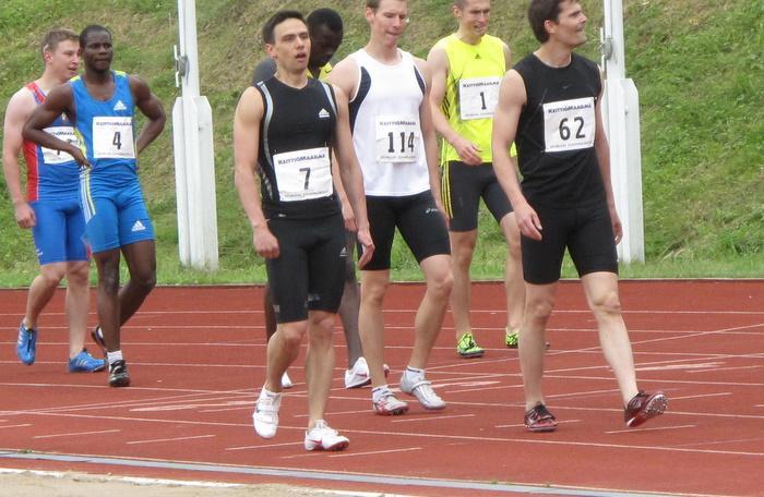 100 m:n voittaja numero 4 Emmanuel Appiah-Kubi, taustalla kisan kakkonen Joseph Forson. Kolmanneksi juoksi numerolla 114 kilpaillut Panu Pasanen.