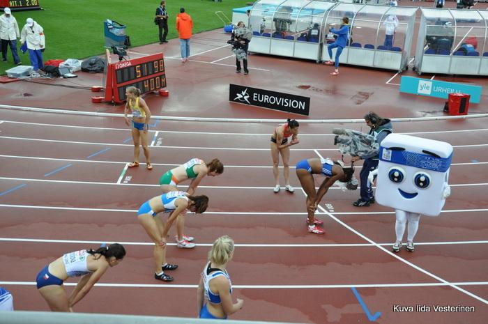 Naisten 400 metrin alkuerät, Ella Räsänen keskellä alhaalla