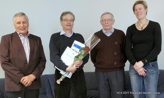 Markku Ritola nimitettiin  seuran viidenneksi kunniajäseneksi.  Kuvassa vassemmalta Osmo Kärkkäinen. Markku Ritola, Jussi Arkkila ja Katri Paananen