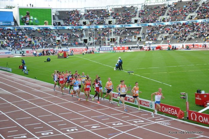 Miesten 5000 metrin finaali. 1. kierros takan.