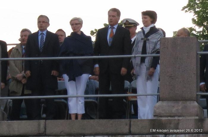 Maamme-laulu: Tasavallan presidentti Niinistö ja kaupunginjohtaja Pajunen puolisoineen