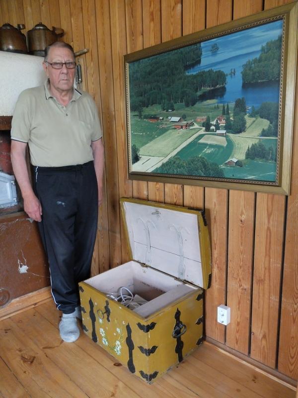 Talon isäntä Antti Valkeeniemi Karikon kirstun virellä.