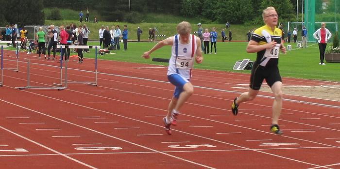110 metrin aitajuoksu. 1. Taneli Monni JyväskKU 16,16 2. Iiro Hölttä MikkKV 16,17