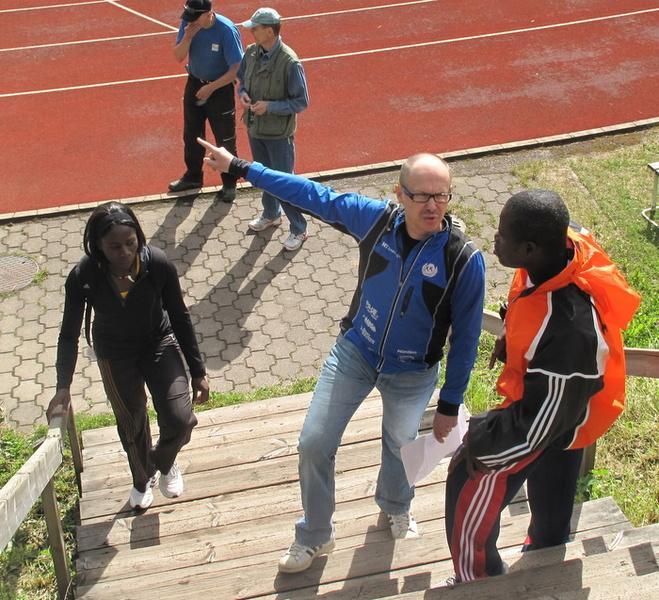 Jouko Solmula opastamassa kilpailijoita.