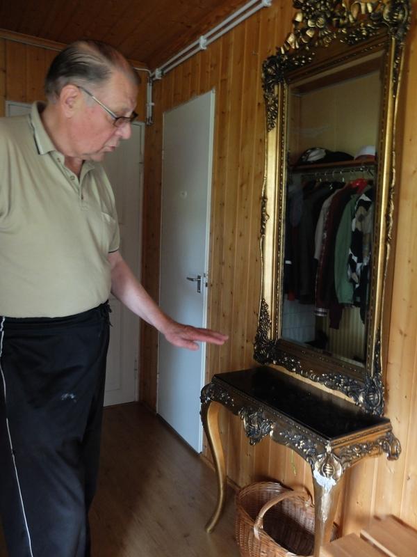 Antti Valkeeniemi kertoi, että peilipöytä on Paavo Pukkilalta, jonka isä oli Urpo Pukkila. Urpo oli Paavo Karikon äidin, Eedlan veli.