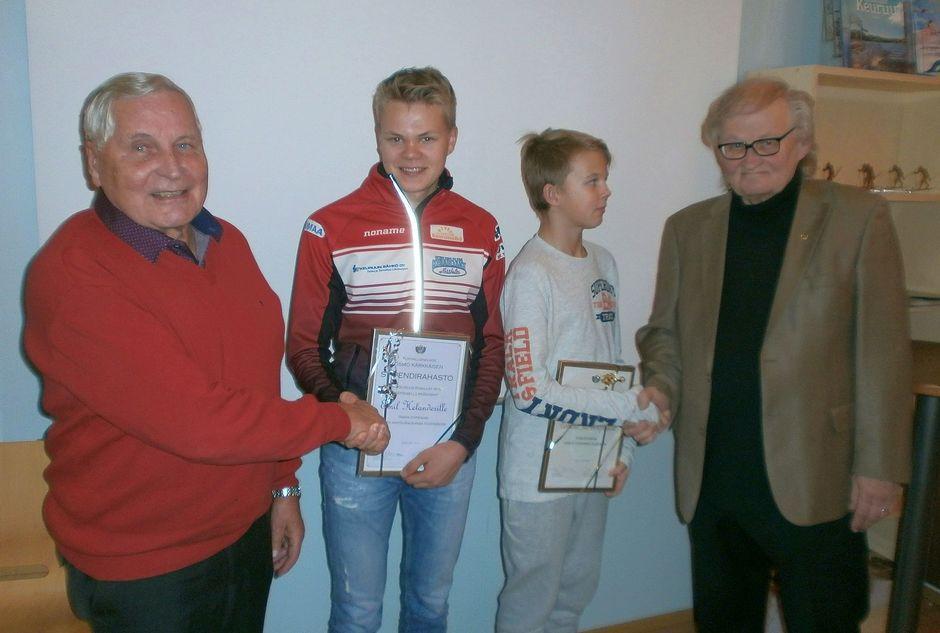 Emil Helander ja Tommi Järvenpää saavat stipendit Osmo Kärkkäiseltä ja Esa Palménilta.