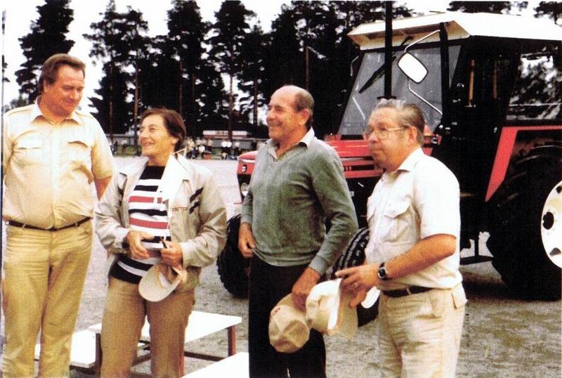 Kuvassa vasemmalla Zetorin maahantuonnin edustaja Jaakko Filppu, Dana, Emil ja Alajärven Ankkurien puheenjohtaja Kullervo Rautio.