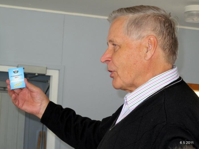 Seuran puheenjohtaja Osmo Kärkkäinen esitelemässä uutta jäsenkorttia.