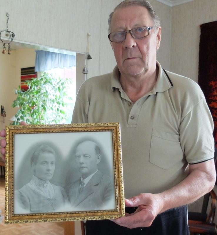Antti Valkeeniemen kädessä isovanhempien kuva: Abraham Juhopoika Walkeeniemi ja Elina Abrahamin tytär. Elina oli Paavo Karikon äidin Eedlan sisar.