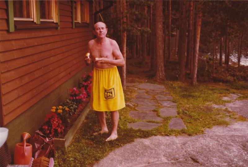 Emil tsekeille rakkaan sienestyksen parissa Pihlaisselän rannalla.
