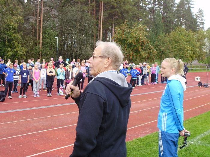 """Paavo Lintula ja Hanna-Maari Latvala avasivat koulujen liikuntapäivän. """"Hyvää huomenta Paavo"""" tervehtivät koululaiset."""