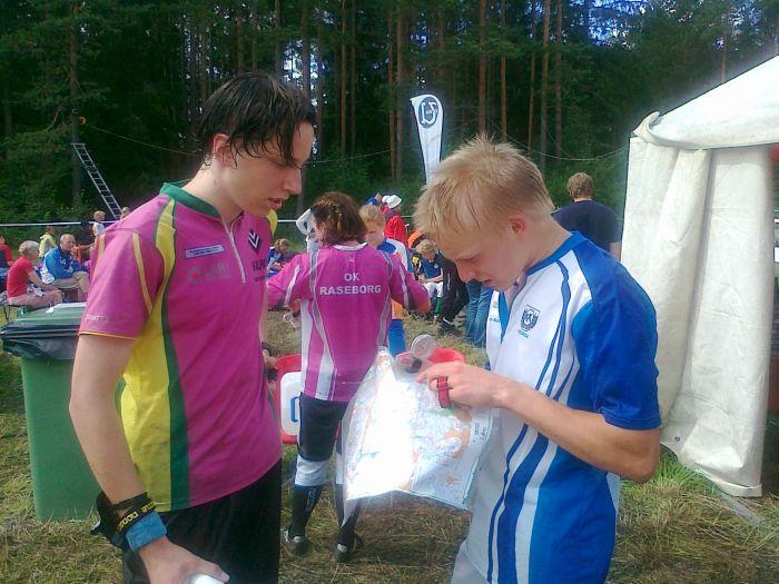 H18. Lauri Valkonen  ja Juha Martikainen tiukan kisan jälkeen.