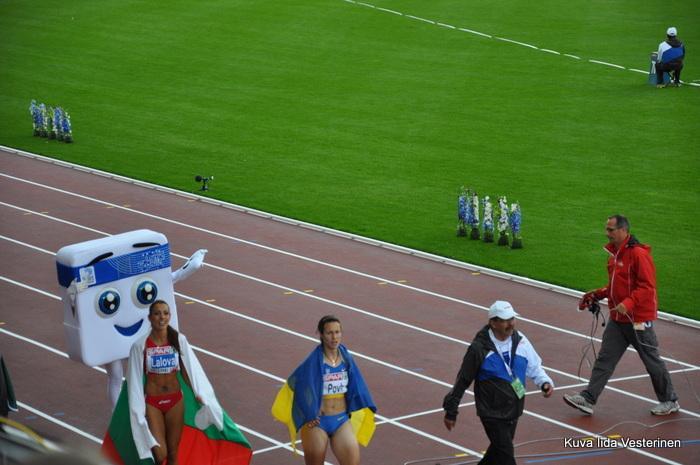 Naisten 100 m: voittaja ja toinen mitalisti