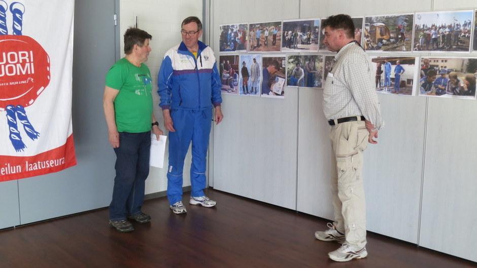 Matti Saarinen (vas), Pauli Nokelainen ja Janne Mörsky viimeistelivät näyttelytilaa