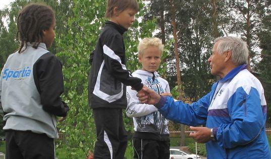 Osmo Kärkkäinen jakoi palkinnot Juhannuskisoissa 2011.