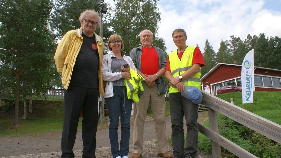Kisailijoiden pj Esa Palmén, maalialueen talkoolaiset Raija Hellstén  ja Kari Rautava sekä kisojen johtaja Reijo Rikala.