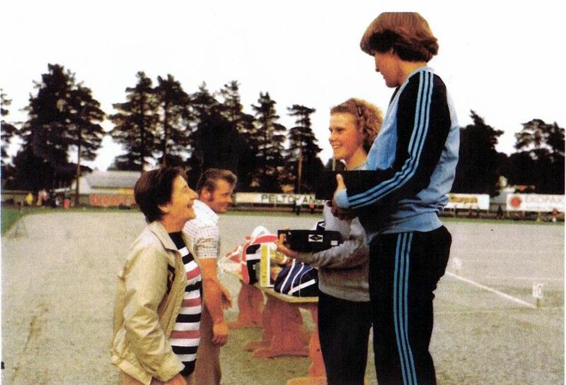 Dana  luovuttaa palkintoja 200 naiset: 1. Hanna Laakeri LaVi 2.  Tiina Olli LaVe. Kuvassa myös Ankkureiden yu-jaoston  puheenjohtaja  Juha Rantala