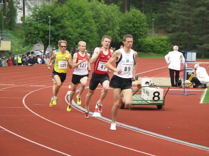 Miesten 800 m  Erä 3. Kärjessä kokonaiskilpailun voittaja Riku Marttinen (89). Jouko Juntunen (47) oli toinen, Olli Pulkkanen (127) sijalla 4, Aki Nummela (105) juoksi kolmanneksi.