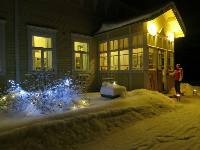 Yleisurheilujaoston puheenjohtaja Katri Paananen jouluasuisen Pöyhölän ovella.