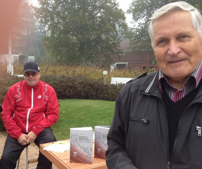 Kari Vesterinen ja teoksen kirjoittaja Osmo Kärkkäinen.