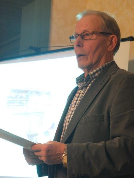 Puheenjohtaja Paavo Lintula. Kuva seuran syyskokouksesta 3.12.2013
