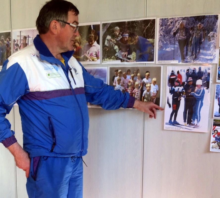 Pauli Nokelainen näyttää kuvaa, jossa on hänen oma tyttärensä.
