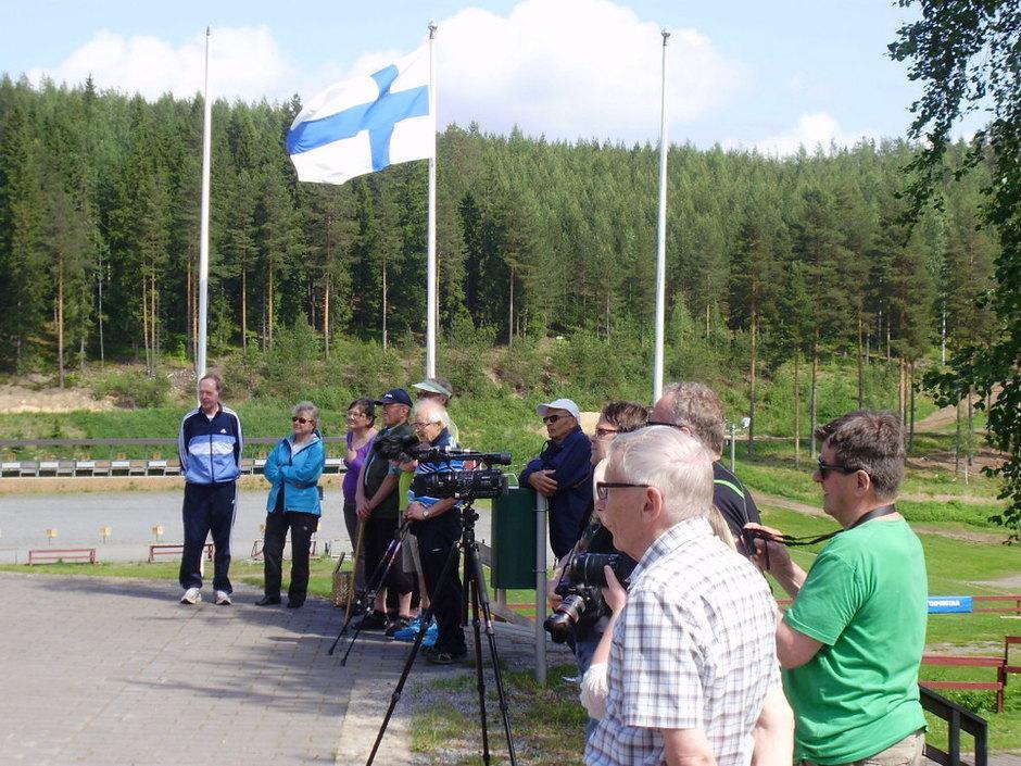 Kunniapuheenjohtaja Jussi Arkkila nauttii musiikkiesityksestä ja Matti Saarinen (oik) myös.