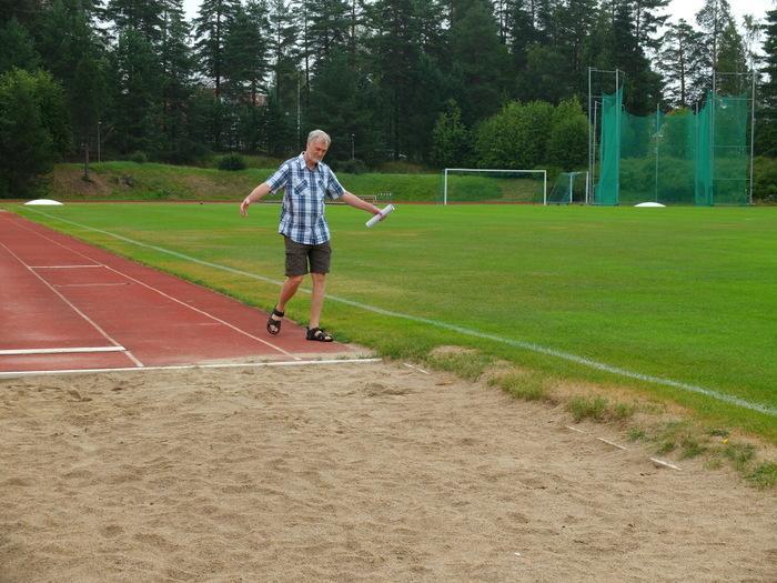 Parta-Pekka Juutilainen muisteli Keuruun urheilukentällä 31.7.2014 osallistumistaan Keuruun Kisailijoiden kansainvälisiin 50-vuotisjuhlakilpailuihin 30.8.1964.