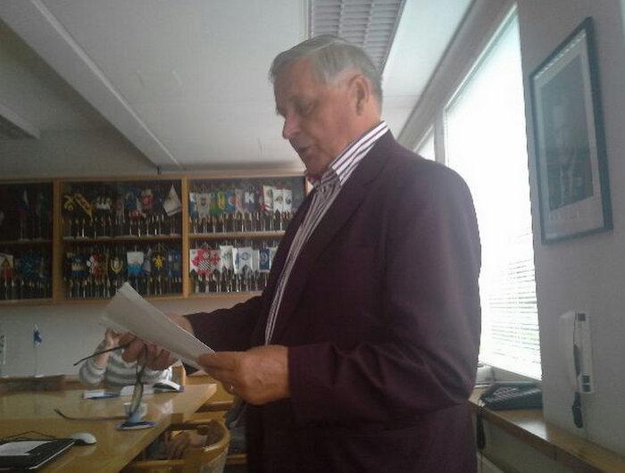 Kunnallisneuvos Kärkkäinen esitteli kirjan lehdistön edustajille. Kuva: Veikko Ahonen