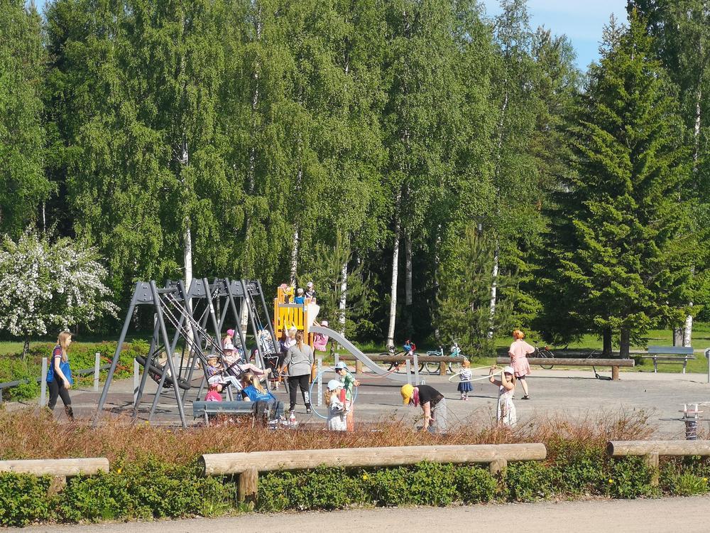 Lapsia leikkimäsäs leikkikentällä puistossa.