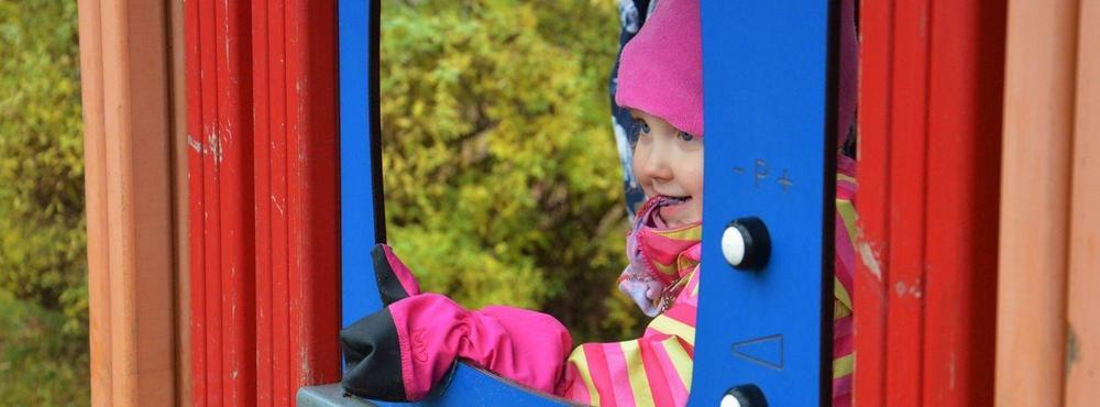 Lapsi leikkii leikkipaikalla.
