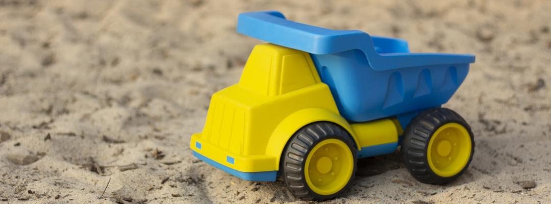 Lasten leluauto hiekalla.