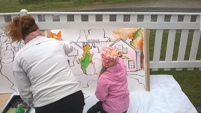 Äiti maalaa lapsensa kanssa taulua.