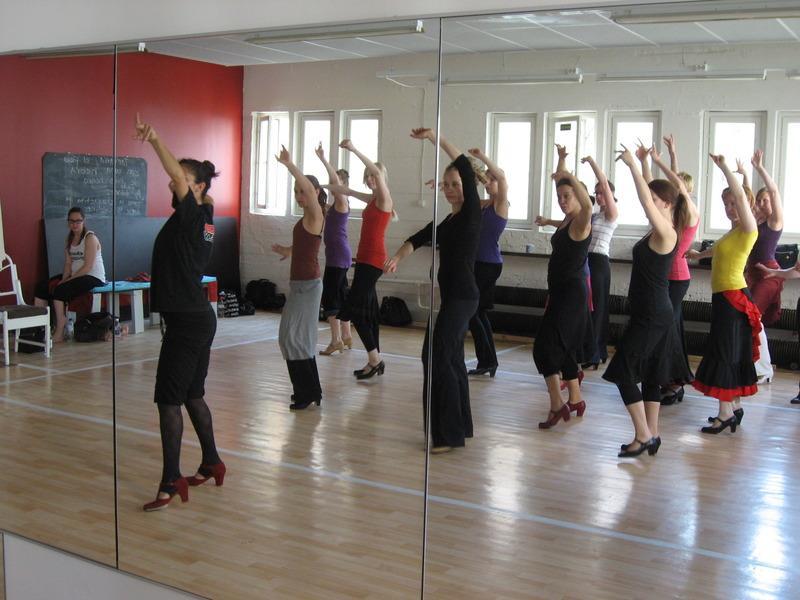Isoon saliin sopii mukavasti noin 15 tanssijaa.