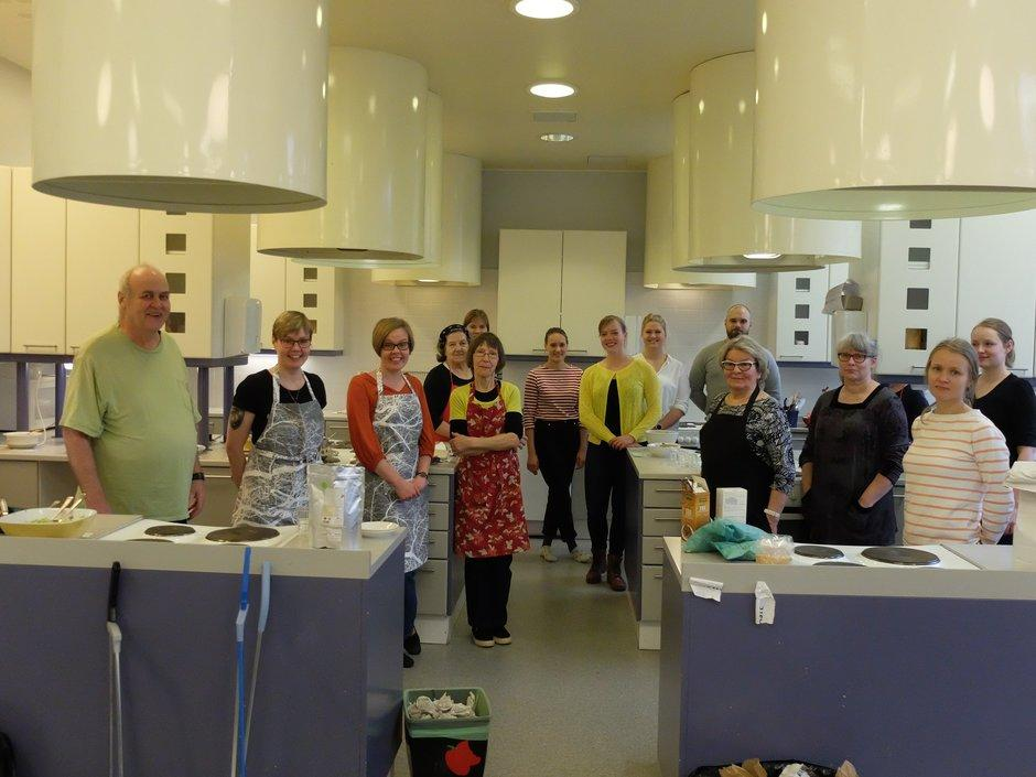 Yhdistyksen kokkauskurssin osallistujia