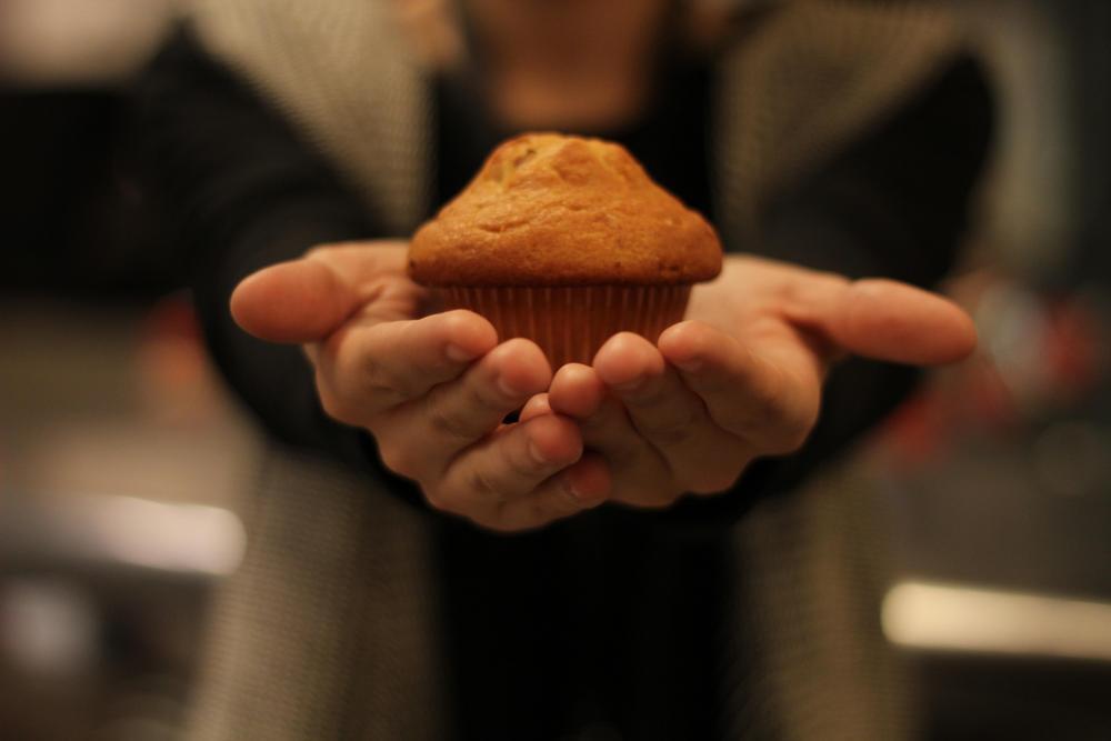 Muffinssi käsien päällä