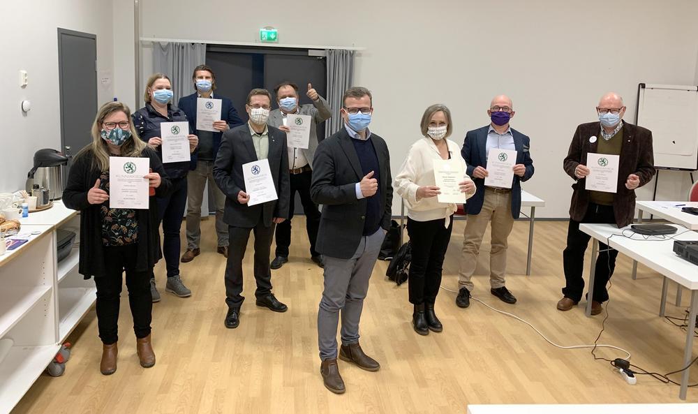 Puheenjohtaja Petteri Orpo ja kokouksessa palkitut ansioituneet jäsenet, kuva Janina Haapaniemi