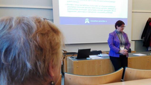 Jäsenrekisterikoulutusta Annantalossa Helsingissä. Kouluttajana järjestösihteeri Pia Nyman