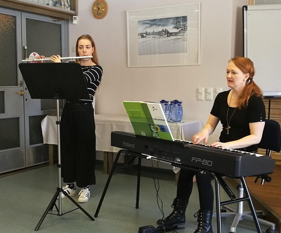 Huilusssa Anniina Kumpumäki ja pianossa Pia-Susanna Rautakoski