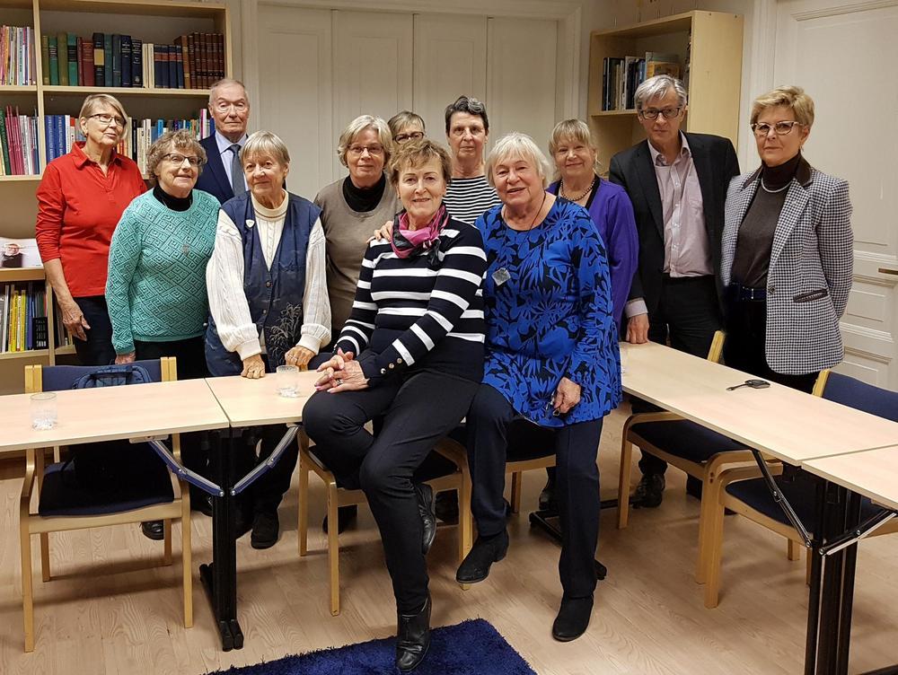 Piiri tarjoaa jäsenyhdistyksille koulutusta. Kuvassa Muistikerhonohjaajien koulutustilaisuus liiton toimistossa.  Liisa Simovaara (Mäntsälä) ja Pirkko Kinnunen (Lohja) olivat suunnitelleet erinomaisen ohjelman.