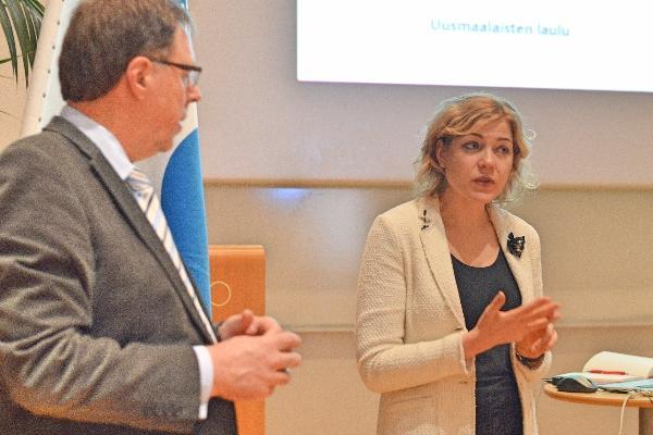 Kokouksen pj. Paavo Peltosaari ja Virkkunen vastaamassa kysymyksiin. Kuvat Hilkka Palo