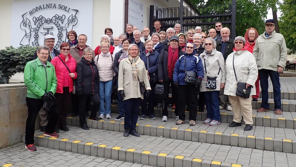 Matkalle osallistuneet yhteiskuvassa Wieliczkan vanhan suolakaivoksen portailla